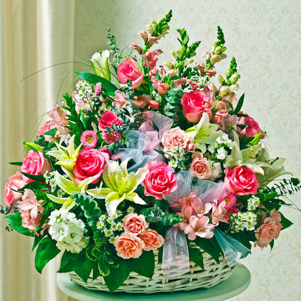 sympathy-arrangement-in-basket-(large)---pink-&-white