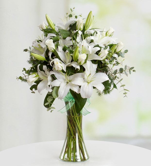 lilium-and-white-roses-in-vase